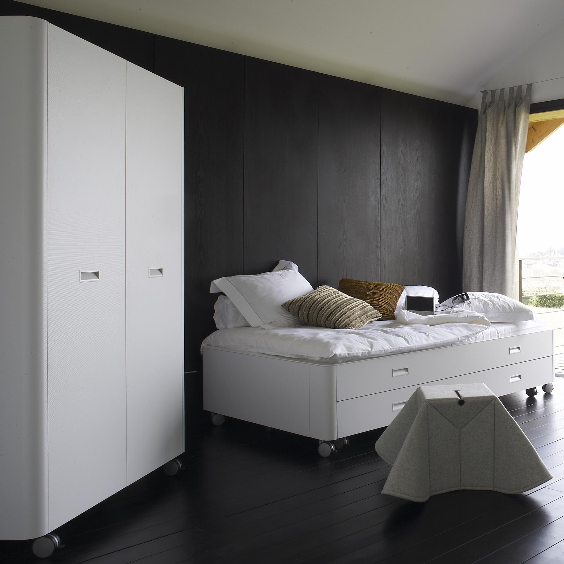 travel studio wardrobes designer pagnon pelha tre ligne roset. Black Bedroom Furniture Sets. Home Design Ideas